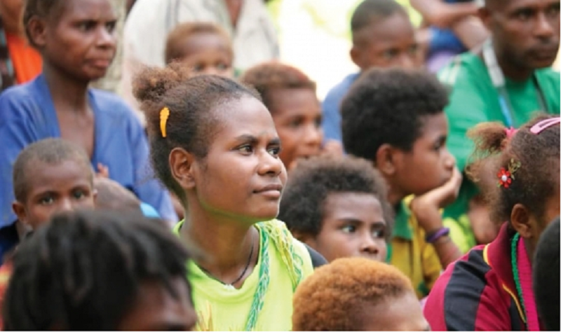 pre-COVID photo of Papua New Guinea people gathered to hear Bible teaching